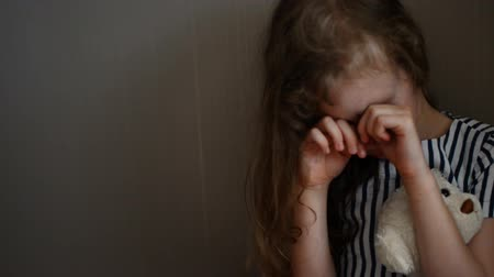köşeler : Little girl crying in the corner. Domestic violence concept.