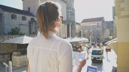 chorvatský : Female tourist with map visiting the city of Split.