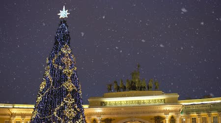 decorado : Christmas tree on the Palace Square in St. Petersburg. Petersburg at night.