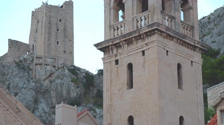 torre sineira : Church of Saint Michael in Omis, Croatia. Stock Footage