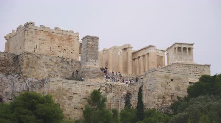 акрополь : Entrance to the Athenian Acropolis with tourists. Стоковые видеозаписи