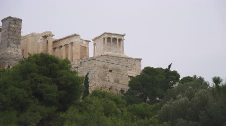 medeniyet : Entrance to the Athenian Acropolis with tourists. Stok Video