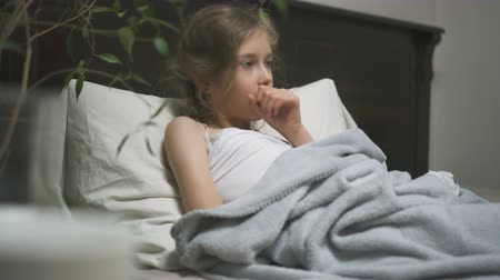 tosse : Sick little girl coughing lying in the bed. Vídeos