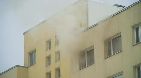 inflamável : The fire in the apartment building.