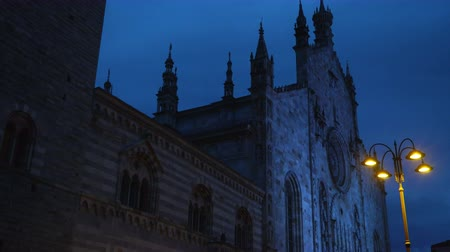Roman Catholic cathedral of the city of Como at night. Dostupné videozáznamy