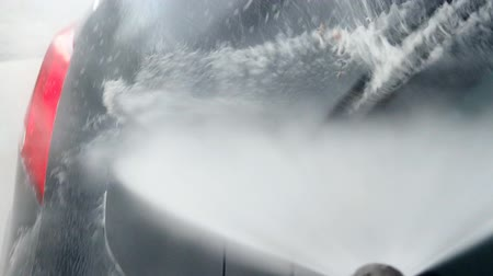 yıkayıcı : Car wash using high pressure water jet. Stok Video