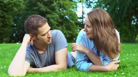discutir : Man and woman talking in the park.