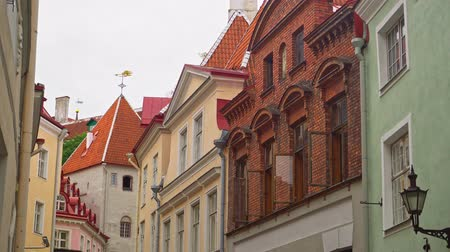 estonya : Long Street and Long Leg Gate Tower in Tallinn.