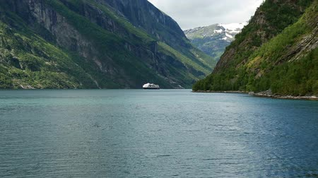 olhando a câmera : Norwegian Geirangerfjord from the ferry Stock Footage