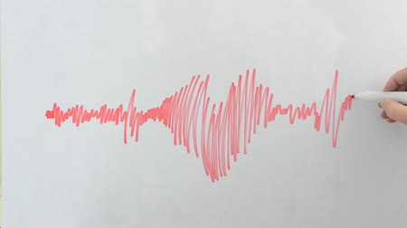 dövmek : We draw on the board the cardiogram in the form of heart. Stok Video