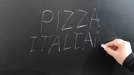 kalap : We write on the board the Italian pizza. Stock mozgókép