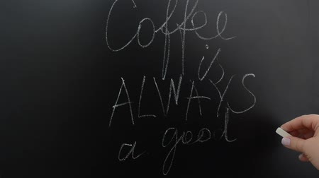 основное блюдо : Inscription on a board in cafe.
