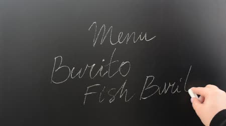 основное блюдо : We write on a menu board. Стоковые видеозаписи