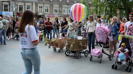 lánya : BERDYANSK, UKRAINE - JUNE 5: Family holiday day of a family day. Flash-mob with baby carriages on June 5, 2016 in Berdyansk.