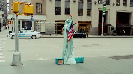 marchs financiers : NEW YORK, USA - MARCH 26: Actor portrays the statue of liberty on the streets of New York in Manhattan on March 26, 2014 in New York, USA Stock Footage