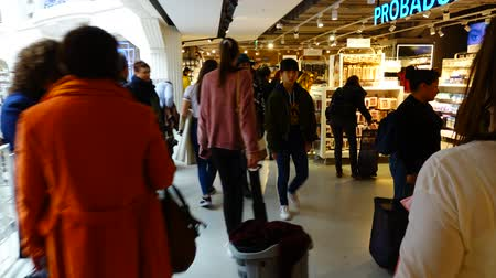 társult : MADRID, SPAIN - MARCH 25, 2018: Buyers in Primark Gran Via shop. Hyperlapse. The shop is the second largest outlet of the market in Manchester.