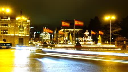 madryt : Cibeles fountain in Madrid. Night traffic in Madrid. Timelapse.