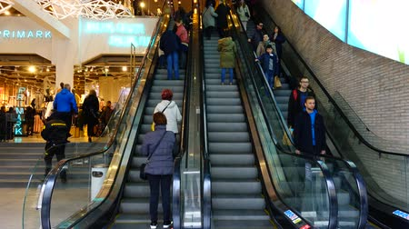 társult : MADRID, SPAIN - MARCH 25, 2018: Buyers in Primark Gran Via shop. Timelapse. The shop is the second largest outlet of the market in Manchester. Stock mozgókép