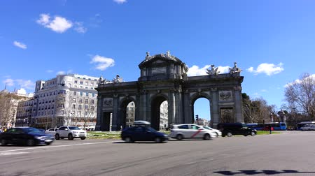 plaza independencia : MADRID, SPAIN - APRIL 3, 2018: The Puerta de Alcala. Time lapse. Alcala Gate is a Neo-classical monument in the Plaza de la Independencia in Madrid.