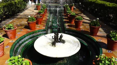 impresjonizm : The fountain in the yard of the house-museum of Sorolla. Slow motion. Shooting in Madrid.