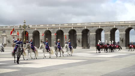войска : MADRID, SPAIN - APRIL 04, 2018: Slow motion. The ceremony of the Solemn Changing of the Guard at the Royal Palace of Madrid. That is famous event was performed on the first Wednesday of each month. Стоковые видеозаписи