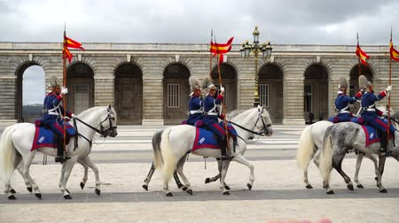 tropas : MADRID, SPAIN - APRIL 04, 2018: Slow motion. The ceremony of the Solemn Changing of the Guard at the Royal Palace of Madrid. That is famous event was performed on the first Wednesday of each month. Stock Footage