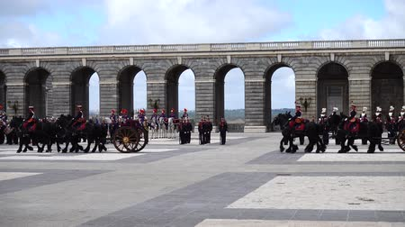 войска : MADRID, SPAIN - APRIL 04, 2018: The ceremony of the Solemn Changing of the Guard at the Royal Palace of Madrid. That is famous event was performed on the first Wednesday of each month.