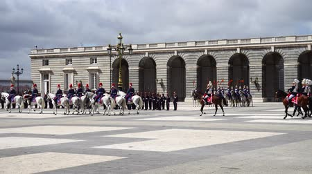солдаты : MADRID, SPAIN - APRIL 04, 2018: The ceremony of the Solemn Changing of the Guard at the Royal Palace of Madrid. That is famous event was performed on the first Wednesday of each month.