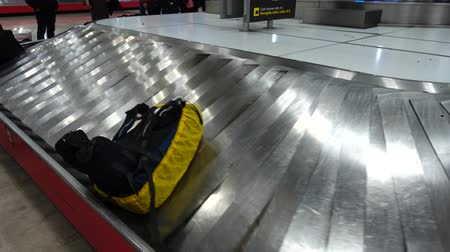 tapeçaria : Receiving baggage at the airport. Passengers are waiting for their luggage after arrival.