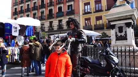 genel bakış : MADRID, SPAIN - MARCH 25, 2018: Unknown actors Edward Scissorhands entertain public in the El Rastro market.