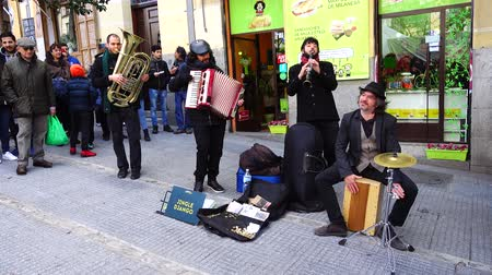 труба : MADRID, SPAIN - MARCH 25, 2018: Musicians in the El Rastro market. El Rastro flea market, most popular in Spain, under the open sky.