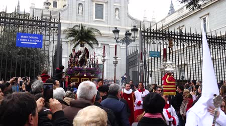 ünnepélyes : MADRID, SPAIN - MARCH 25, 2018: The celebrations of the Holy Week in Madrid, began at the Cathedral of La Almudena with the solemn Mass of the Palm Trees, with the blessing of the palms and the bouquets.