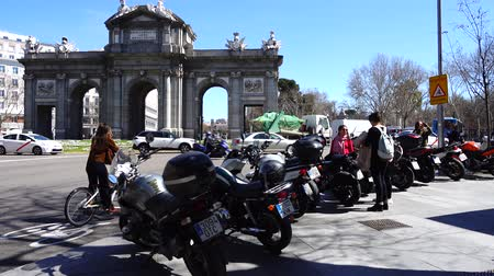 plaza independencia : MADRID, SPAIN - APRIL 3, 2018: The Puerta de Alcala. Alcala Gate is a Neo-classical monument in the Plaza de la Independencia.