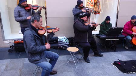 углы : MADRID, SPAIN - MARCH 25, 2018: Unknown musicians play for public. Стоковые видеозаписи