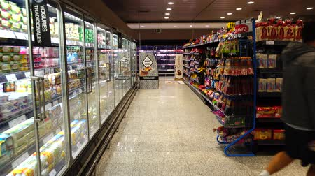 sklep spożywczy : MADRID, SPAIN -APRIL 4, 2018: Food in the supermarket of the shopping center El Corte Ingl