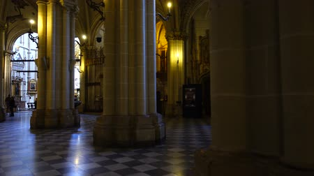 храмы : TOLEDO, SPAIN - MARCH 30, 2018: Interior of the Primate Cathedral of Saint Mary. Стоковые видеозаписи