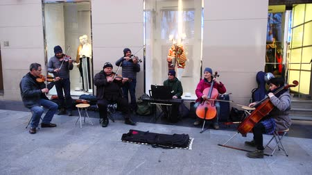 общий : MADRID, SPAIN - MARCH 25, 2018: Unknown musicians play for public. Стоковые видеозаписи