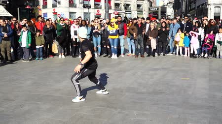 памятники : MADRID, SPAIN - MARCH 25, 2018: Dancers at Puerta del Sol Square. Unknown dancers entertain public. Slow motion. Стоковые видеозаписи