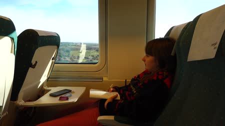 vagão : The girl is in the train of the highest-speed train. Shooting in the movement.