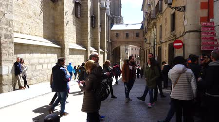 charakteristický : TOLEDO, SPAIN - MARCH 29, 2018: Unknown tourists before the Primate of Saint Mary of Toledo. Architecture monument, characteristic of the Spanish gothic style. Dostupné videozáznamy
