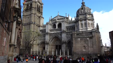 padre : TOLEDO, SPAIN - MARCH 29, 2018: Unknown tourists before the Primate of Saint Mary of Toledo. Architecture monument, characteristic of the Spanish gothic style. Vídeos