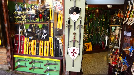 saber : TOLEDO, SPAIN - MARCH 30, 2018: Shooting of a show-window of weapon shop. The city of Toledo has long been known for the production of knives. Stock Footage