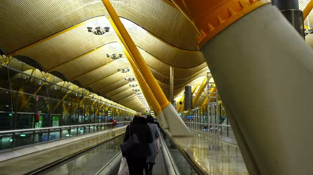 коридор : The terminal 4S at Barajas Airport. It is the main airport of Madrid.