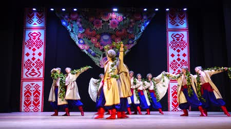 koszorú : BERDYANSK, UKRAINE - APRIL 20, 2018: Ukrainian national dances.