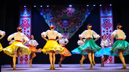 позы : BERDYANSK, UKRAINE - APRIL 20, 2018: Ukrainian national dances.