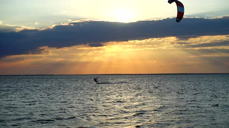 uçurtma : Kite boarding. Sunset over the sea.