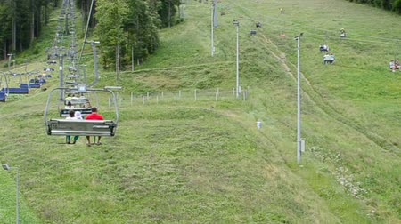 cadeiras : BUKOVEL, UKRAINE - JULY 12 2015: Operation of the surface lift in the summer. Bukovel the largest ski resort of Ukraine, Ukraine on July 12, 2015