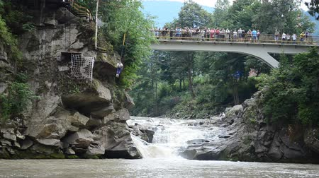 curso : YAREMCHE, UKRAINE - JULY 15 2015: People on the bridge, the mountain rive.