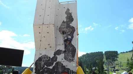štěrbina : BUKOVEL, UKRAINE - JULY 12 2015: Training for rock-climbers