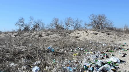 csúnyaság : It is a lot of garbage and bottles